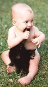 малыш есть котенка