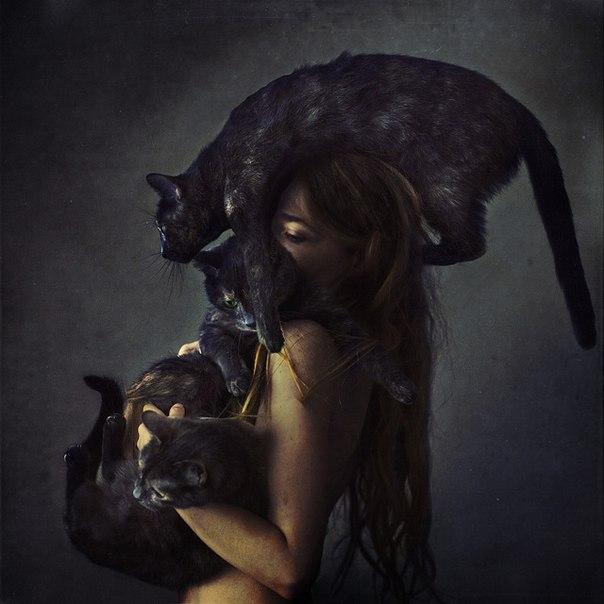 голая женщина и кошки