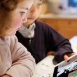 дети с планшетом смотрят на зверей