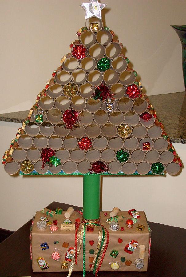 новогодняя елка из втулок туалетной бумаги