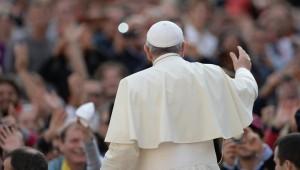 папа римский со спины