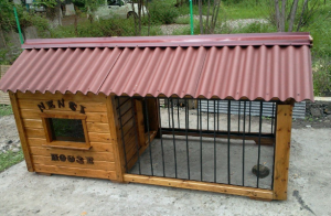 Уличный вольер для небольшой собаки, с домиком